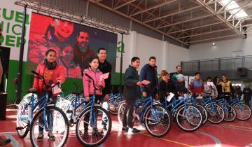 Imagen de En La Costa la Municipalidad comenzó a premiar con una bicicleta a los chicos que van a las Escuelas de Deportes