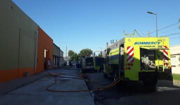 Imagen de Fuego por duplicado en Dolores: ardieron un auto en la Ruta 2 y un supermercado en la ciudad