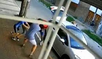 Imagen de Video: un nene pateó a un delincuente para evitar que le robaran a su mamá