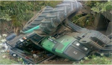 Imagen de Volcó un tractor y su conductor quedó atrapado