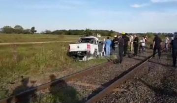 Imagen de Un tren embistió a una camioneta y falleció un sargento de la policía federal