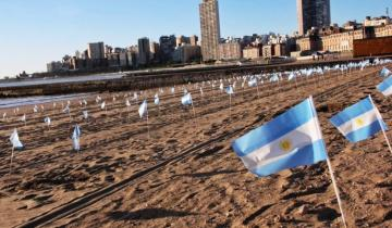 Imagen de Mar del Plata: colocaron 504 banderas argentinas en la playa para homenajear a los muertos por Coronavirus