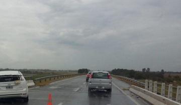 Imagen de Un auto chocó contra un guardrail en un puente de la Autovía 2: hay dos heridos