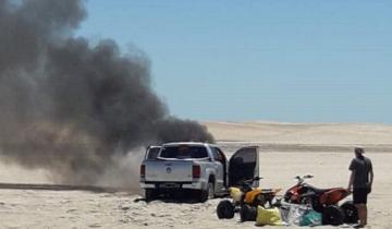 Imagen de Mirá cómo ardió una camioneta en los médanos del norte de Villa Gesell