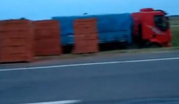 Imagen de Despistó un camión con carga de ladrillos en la Ruta 2