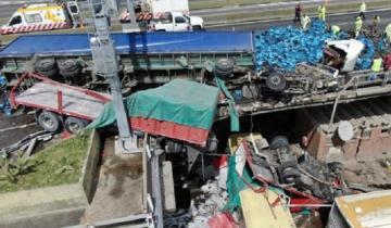 Imagen de Video: así fue el accidente que terminó con un camión caído desde la Autopista 25 de Mayo