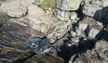 Imagen de Mar del Plata: perdió el control del auto y cayó desde un barranco en la costa