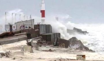 Imagen de Un temporal con grandes olas y fuertes viento derribó un faro en Necochea