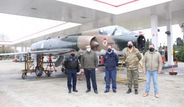 Imagen de Dolores: Etchevarren recibió el avión que homenajeará a Gustavo García Cuerva