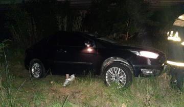 Imagen de Dolores: un auto volcó y casi cayó al Canal