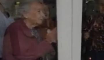 Imagen de Dolores: a través de un vidrio festejó su cumpleaños con su bisabuela de 96 años en un asilo
