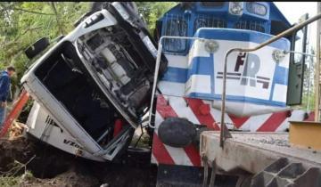 Imagen de Olavarría : fuerte choque entre un camión recolector de residuos y un tren