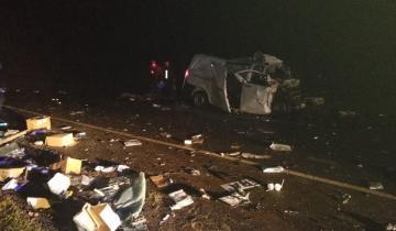 Imagen de Muerte en la ruta tras un tremendo choque entre una camioneta y un micro
