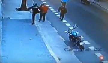 Imagen de Video: policía de la Ciudad le pegó una patada en el pecho a un hombre y lo mató