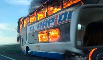 Imagen de Feroz incendio de un colectivo en la ruta 226