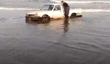 Imagen de Video: se descuidaron mientras pescaban y el mar casi les lleva la camioneta en Necochea