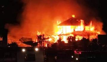 Imagen de Santa Clara del Mar: un feroz incendio destruyó el restaurant Oasis Costa Corvina