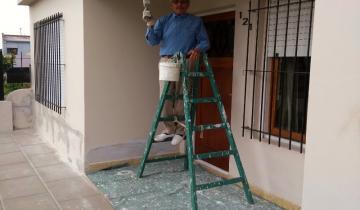 Imagen de Castelli: tiene 88 años y pintó solo toda su casa