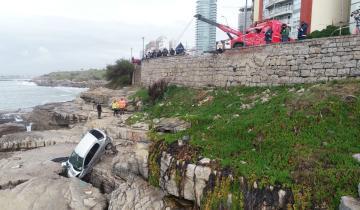 Imagen de Mar del Plata: un auto desbarrancó en la costa y quedó incrustado en las piedras