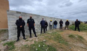 Imagen de En la cárcel de Dolores elaboraron bloques de cemento para el paredón de una escuela
