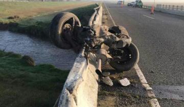 Imagen de Un auto chocó contra un puente de la Autovía 2 y perdió el tren trasero: no hubo heridos