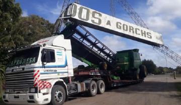 Imagen de El chofer de un camión calculó mal y... ¡derribó el cartel de acceso a Gorchs!