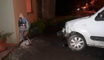 Imagen de Perdió el control de la camioneta y chocó una casa