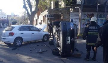 Imagen de Cubrían un choque en vivo para una radio de Mar del Plata y casi son atropellados por otro auto