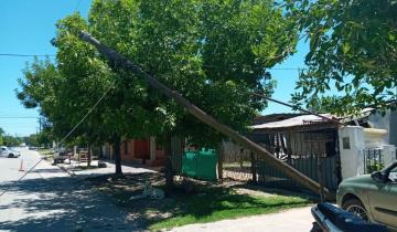 Imagen de Dolores: Un camión enganchó los cables y tiró dos postes de luz