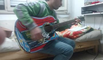 Imagen de Fue a tocar a un bar en Mar del Plata, le robaron la guitarra y pide ayuda por Facebook