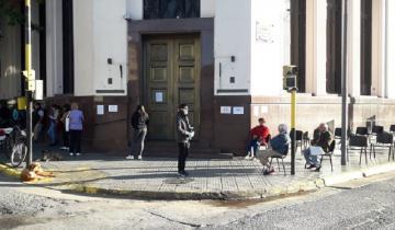 Imagen de Rauch: esperaron a los jubilados con sillas para que respeten la distancia y descansen