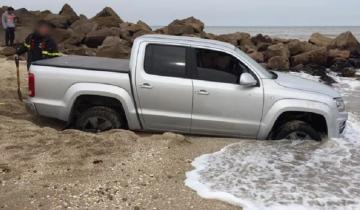 Imagen de Se quedó atascado en la arena con su 4×4, subió la marea y debió ser asistido por los bomberos