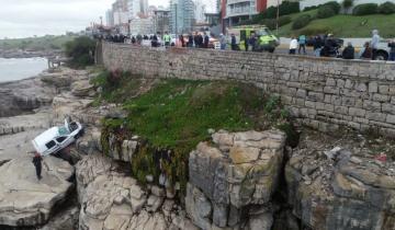 Imagen de Mar del Plata: cayó otro vehículo sobre las rocas al despistarse en la costa
