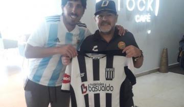 Imagen de Diego Maradona, hincha de Ever Ready de Dolores