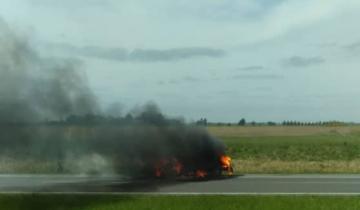 Imagen de Un auto se prendió fuego en la Ruta 2