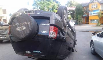 Imagen de Se quedó dormido, chocó varios autos estacionados y volcó