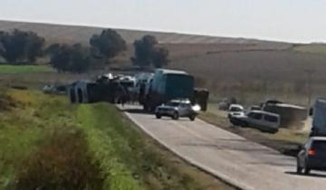 Imagen de Un camión que llevaba combustible volcó en la Ruta 74: no hubo heridos