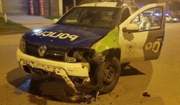 Imagen de Iban en moto, evadieron un control y chocaron a un patrullero: terminaron en el hospital