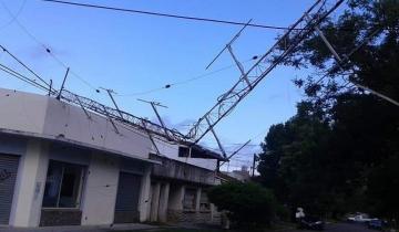 Imagen de Por los fuertes vientos, cayó la antena de una radio en Miramar