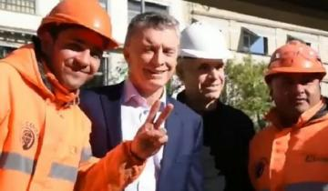 "Imagen de Video: Macri vivió otro mal momento junto a un obrero que le hizo la ""V"""