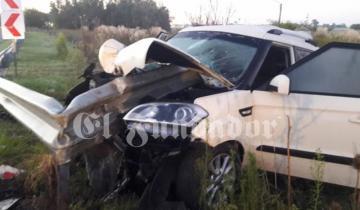 Imagen de Un auto se despistó y fue atravesado por un guardrail en la Autovía 2