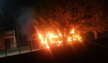 Imagen de Voraz incendio de un vehículo en Dolores