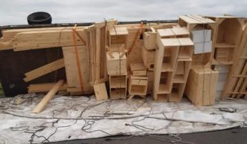 Imagen de Volcó un vehículo con muebles en la Ruta 30: no hubo heridos