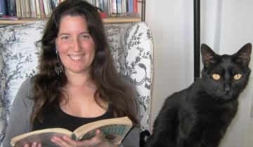 """Imagen de Entrevista de #EntrelíneasEnCasa con la escritora Agustina Bazterrica: """"El lenguaje nunca es inocente, siempre es político"""""""