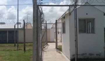 Imagen de Ex empleados del Servicio Penitenciario se encadenaron en La Plata para que los reincorporen
