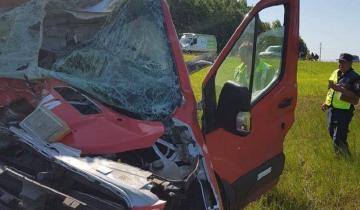 Imagen de La camioneta de una cervecería chocó en la Autovía 2 contra un camión lleno de estiércol de gallina