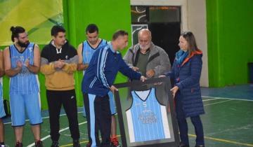 Imagen de Retiraron la camiseta número 5 de básquet del equipo donde jugaba Octavio Manganiello