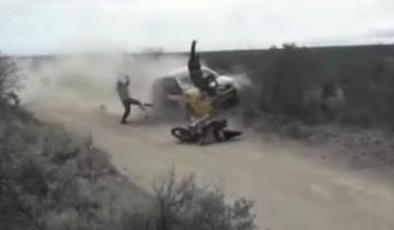 Imagen de Video: impactante choque de una moto y un auto de competición en un rally