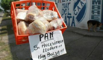 Imagen de Por la crisis, un almacenero marplatense regala pan frente a su negocio