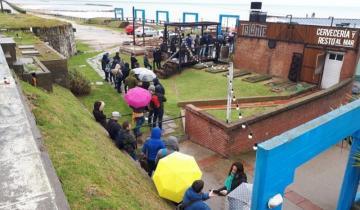 Imagen de Otra vez: mirá la larga cola de jóvenes en busca de trabajo en Mar del Plata